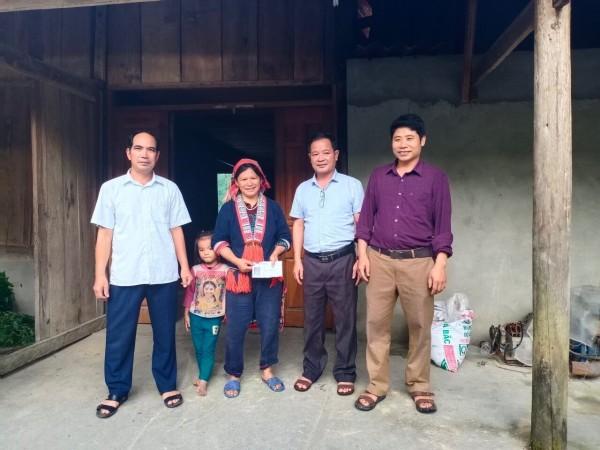 Thăm hỏi gia đình thương binh liệt sỹ và bà con nông dân nuôi giun quế tại xã Hồ Thầu