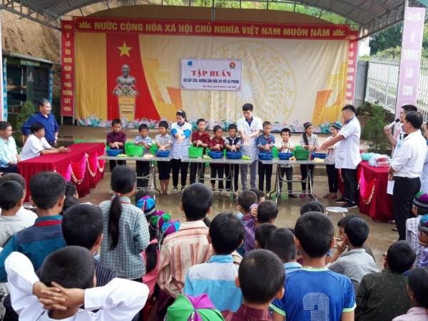 Đoàn thanh niên bệnh viện ĐKKV Hoàng Su Phì tổ chức tập huấn sơ, cấp cứu, hướng dẫ rửa tay với xà phòng cho học sinh tại xã bản phùng