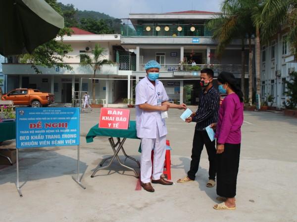 Bệnh viện ĐKKV Hoàng Su Phì phát khẩu trang miễn phí hỗ trợ người dân phòng chống dịch Covid-19