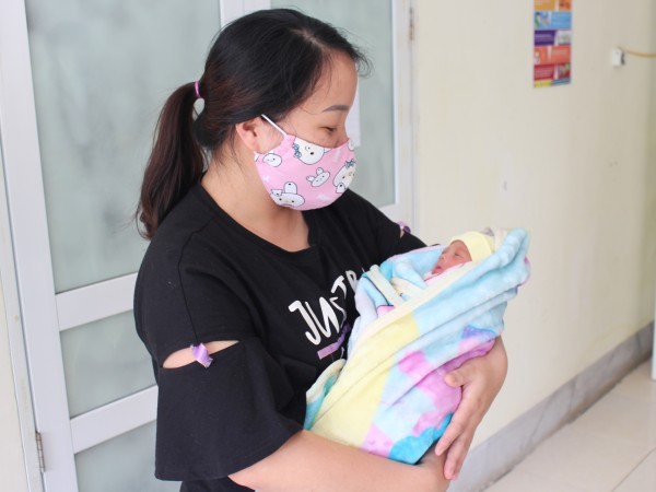 Cháu bé sơ sinh non tháng, nặng 800g được ra viện sau 1 tháng điều trị